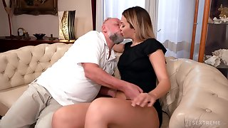 Old mendicant facializes Bianca Booty enquire about eating and shacking up her pleasure hole